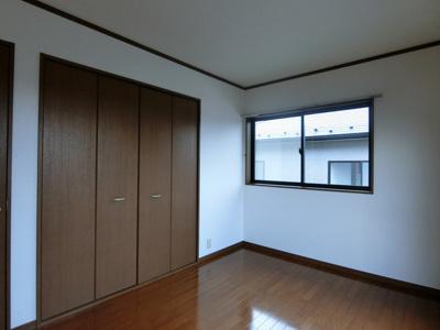 2階・収納スペースのある南東向き洋室6帖のお部屋です!お荷物の多い方もお部屋が片付いて快適に過ごせますね♪