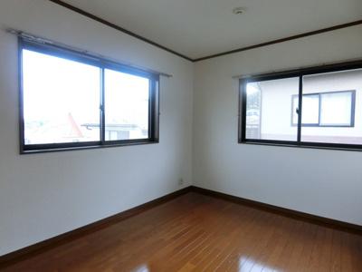 2階・南東向き二面採光洋室6帖のお部屋です!子供部屋や書斎・寝室など多用途に使えそうなお部屋です♪