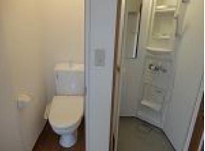 フェリスピュールのゆったりとした空間のトイレです(シャワー・トイレの配置)☆
