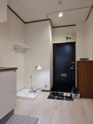 玄関にはカーテンレール設置されております。 ※備品・小物は賃貸借対象に含まれません。