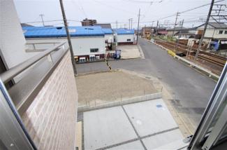 2号棟 物件からの展望(2019年6月)撮影。 2階洋室から目の下に並列駐車場、見渡すと線路が伸びています。 隣接して建物がないため、開放感有り!