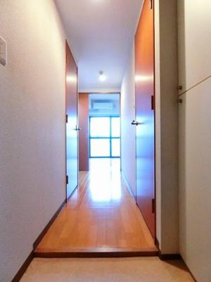 玄関から室内への景観です!キッチンと洋室の間には扉があります☆お部屋にお料理の匂いがこもりませんね♪