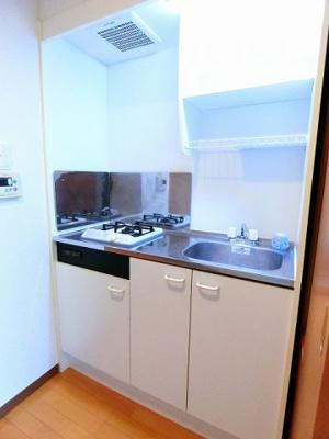 白を基調としたキッチンスペース♪1口ガスコンロ付きのキッチンです!場所を取るお鍋やお皿もすっきり収納できます☆