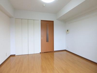 クローゼットのある南西向き洋室6帖のお部屋です!お洋服の多い方もお部屋が片付いて快適に過ごせますね♪