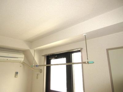 室内で洗濯を干すための吊り下げ金物あり