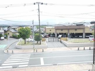 目の前は中広川小学校です