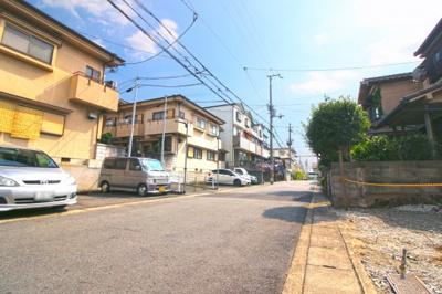 前道幅員6mと広々とした住宅街!《万代 宇治槙島店》《デイリーヤマザキ》が徒歩5分と買物便利!生活のしやすい環境です。