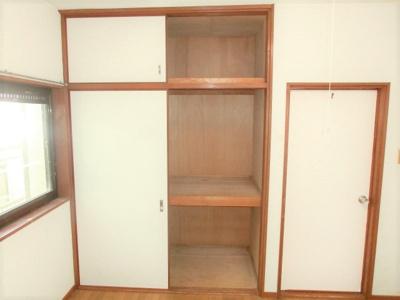 2階洋室6帖押入 全居室に収納がありスッキリ暮らせる間取りです。