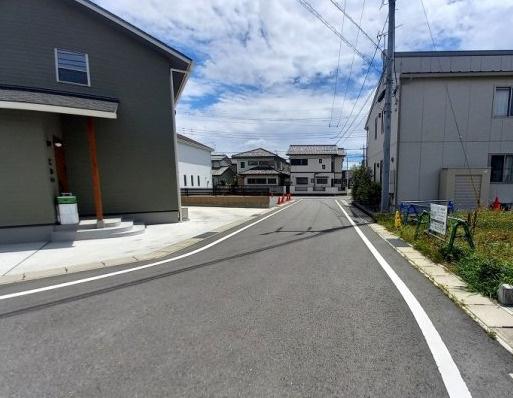 前面道路6mあります。道路も広々しているので駐車もラクラクです。