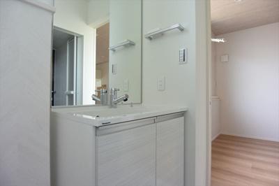 鏡が大きくて使い勝手のよい独立洗面台です♪