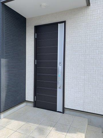 スタイリッシュな玄関ドアです。本日、建物内覧できます。住ムパルまでお電話下さい!。