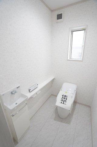 タンクレストイレで手洗いカウンター付きです。その場ですぐに手を洗うことができるのがいいですね。