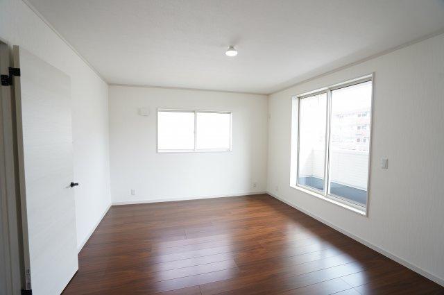 2階10帖 全室南向きのお部屋です。日中の陽の光を感じ暖かいお部屋です。