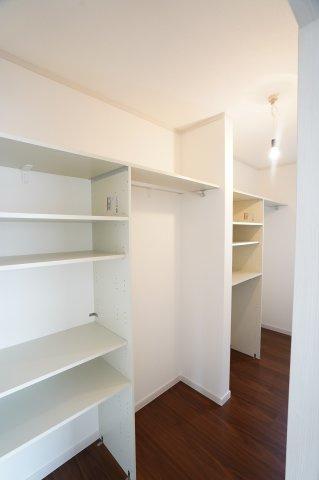 2階10帖 WICで棚もありますのでお洋服やバックなどの小物もすっきり片付けられます。