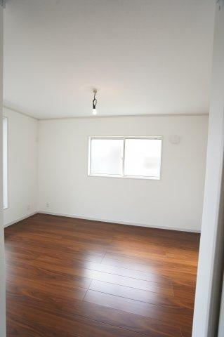 2階8.3帖 2ヶ所から出入りできる共通のバルコニーがあります。