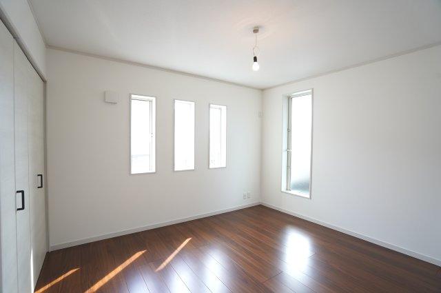 2階7帖 小窓もアクセントになってかわいいお部屋です。