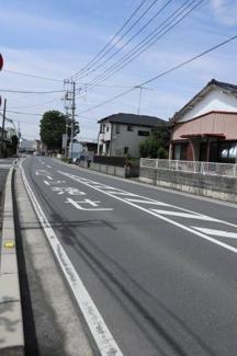 前面道路の写真です。物件は右側です。2019年7月13日 9:45頃撮影。