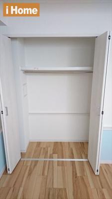 1階の納戸には収納スペースもございます。