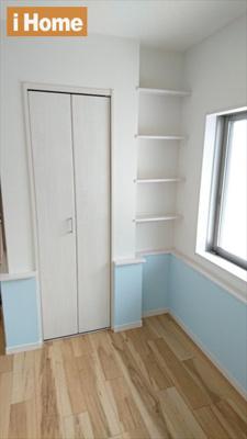 1階の洋室には収納スペースもございます。