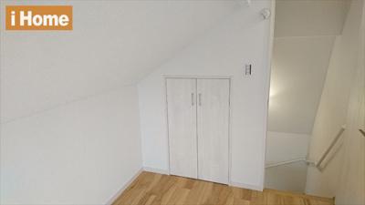 3階の納戸には収納スペースもございます。