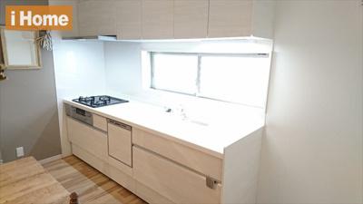 キッチンの前に窓があるので明るいです。 手元が見やすくて作業しやすいですよ!