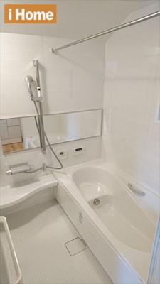 白を基調とした清潔感のあるお風呂です。