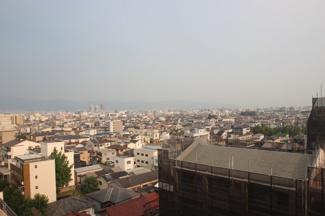 現地からの左側の眺望になります。 最上階の11階なので遠方まで見えてすごくキレイです♪ 朝起きてここに立つと気持ちが切り替えられそうです♪