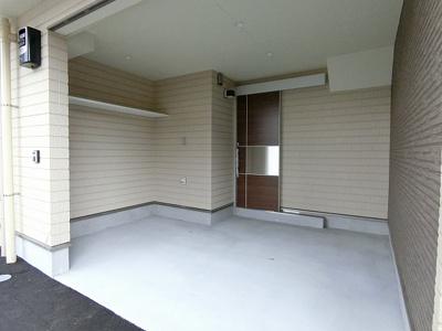 玄関前に駐車スペースがあります♪バイクや自転車も停められるので便利☆屋内なので、雨の時の乗り降りらくらく♪宅配ボックスも設置されます☆