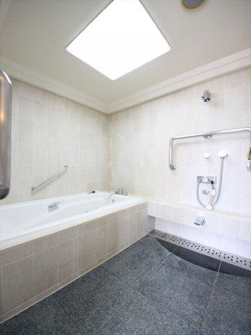 1坪以上の広い浴室なら、お子様と並んで体を洗ってもゆとりがあります 手すりもついてどなたでも安心!浴槽は足を伸ばしてゆったりおくつろぎ頂けます♪