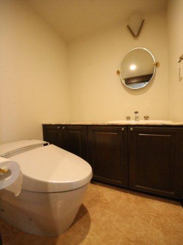 トイレには手洗いカウンター付き、収納も広くでスッキリ清潔感があります。