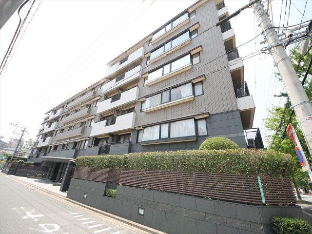 大濠公園まで徒歩4分。福岡のセントラルパークエリアのラグジュアリーマンションです。 5階1フロア1室の贅沢空間をぜひご覧下さい。