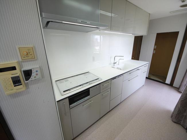 引き出し式収納で大きなお鍋や調味料も楽々取り出せます!吊戸棚もあり、調理器具も整頓しやすいです。 IHクッキングヒーターのキッチンはお手入れが楽なのも人気のポイント、毎日のお手入れもサッと拭くだけでO