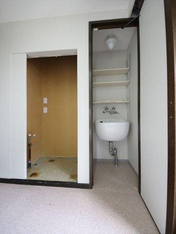 キッチン横には洗濯置き場とスロップシンクがあり掃除や洗濯の効率があがります