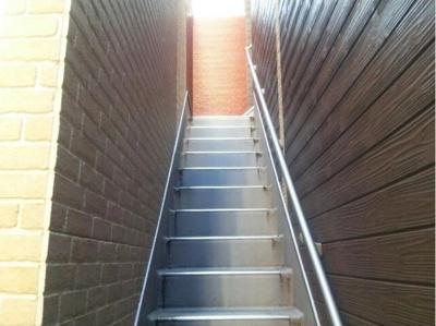 ティラ森下の階段