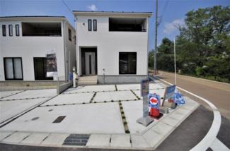 4号棟 現地(2019年8月)撮影 堂々完成しました!即入居可♪ 人気の東南角地です♪ 敷地面積132.60㎡(40.11坪)。 駐車並列2台可能。