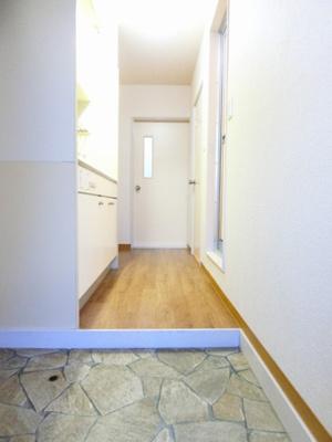 玄関から室内への景観です!右手に浴室、左手にキッチンがあります☆キッチンの奥に洋室7帖のお部屋があります♪