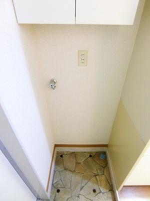 玄関スペースにある室内洗濯機置き場です♪室内に置けるので洗濯機が傷みにくい☆上部には便利な収納棚付き♪