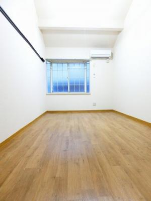 南向き洋室7帖のお部屋です!エアコン付きで1年中快適に過ごせますね☆