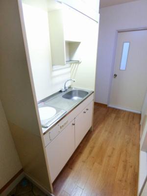 2帖のキッチンスペースです♪場所を取るお鍋やお皿もすっきり収納できてお料理がはかどります!