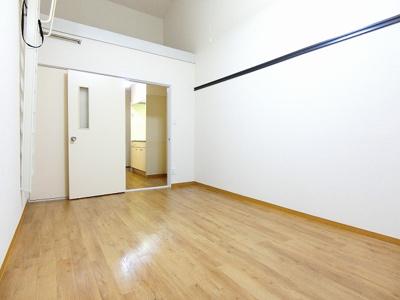 ロフトスペースとクローゼットのある洋室7帖のお部屋です!荷物やお洋服をたっぷり収納できてお部屋がすっきり片付きます☆壁にはピクチャーレールがあり、絵や写真が飾れます☆