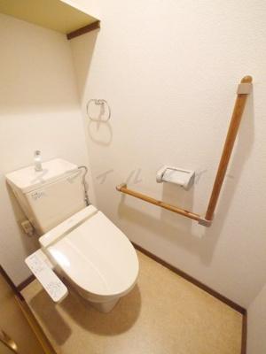 冬場も温かい温水洗浄便座と上部に収納棚も有ります。