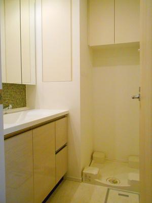 ルジェンテ・バリュ上野の洗面室に洗濯機置場あります、排水溝掃除しやすい足高防水パンです