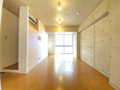 バルコニーに繋がる角部屋三面採光洋室12帖のお部屋です♪エアコン付きで1年中快適に過ごせますね☆コンクリート壁が素敵なお部屋です☆