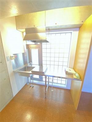 キッチンは1口ガスコンロ付き!おしゃれなデザインのキッチンスペースで毎日楽しくお料理できますね!換気のできる窓付きでお料理の匂いもこもりません!