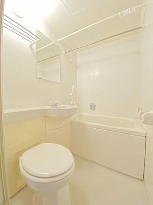 ユニットバスでお掃除らくらく☆浴室内に洗面台・トイレ付きです♪バスルームはいつでもぽかぽかお風呂に入れる追焚機能付き☆
