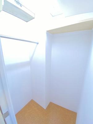 洋室12帖のお部屋にあるウォークインクローゼットです♪たっぷり収納できてお洋服や荷物が多くてもお部屋すっきり☆