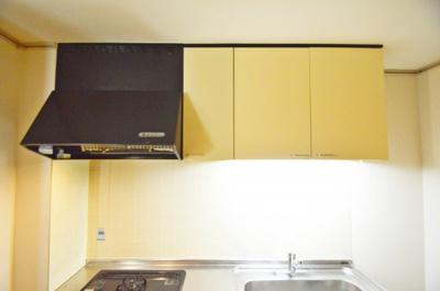 キッチン上部吊戸棚、換気扇