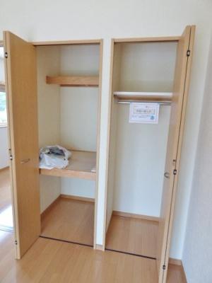 収納は2箇所。スーツやワンピースなどもシワなく収納できます。