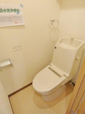 操作パネル壁付けタイプの温水洗浄便座付です。