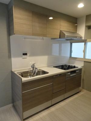 鶯谷マンション キッチンはガスコンロ3口のワイド型システムキッチン!